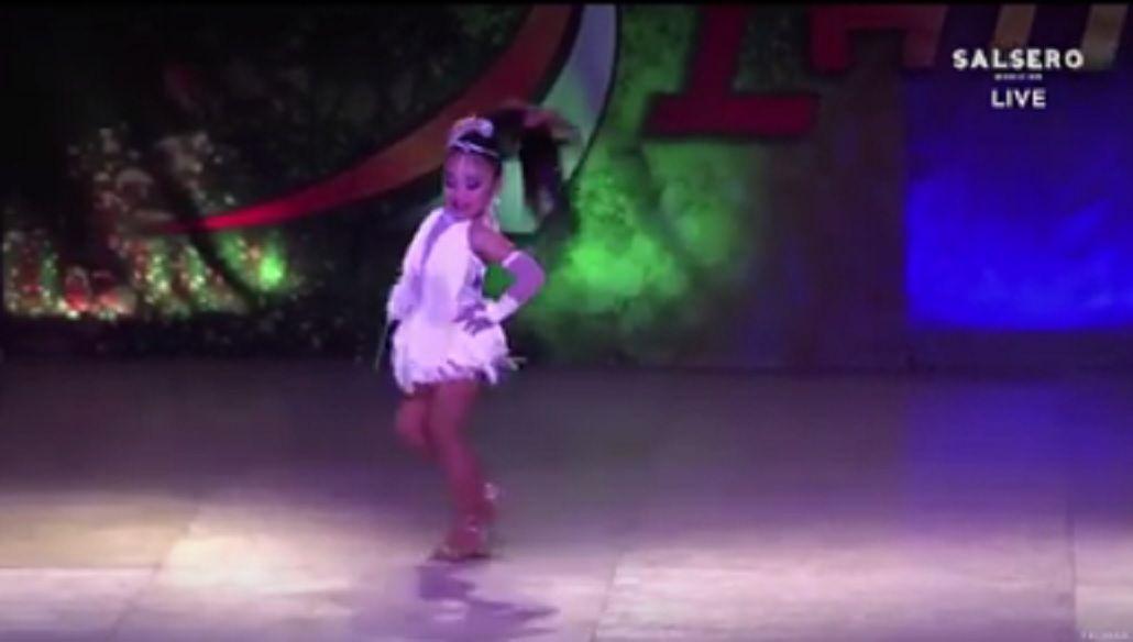 Tiene seis años y es campeona mundial de salsa