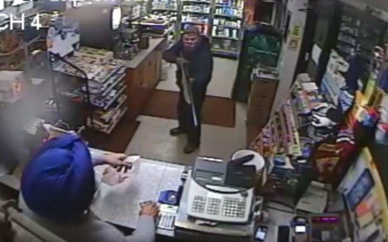 VIDEO: Un vendedor evitó un robo con un zapato