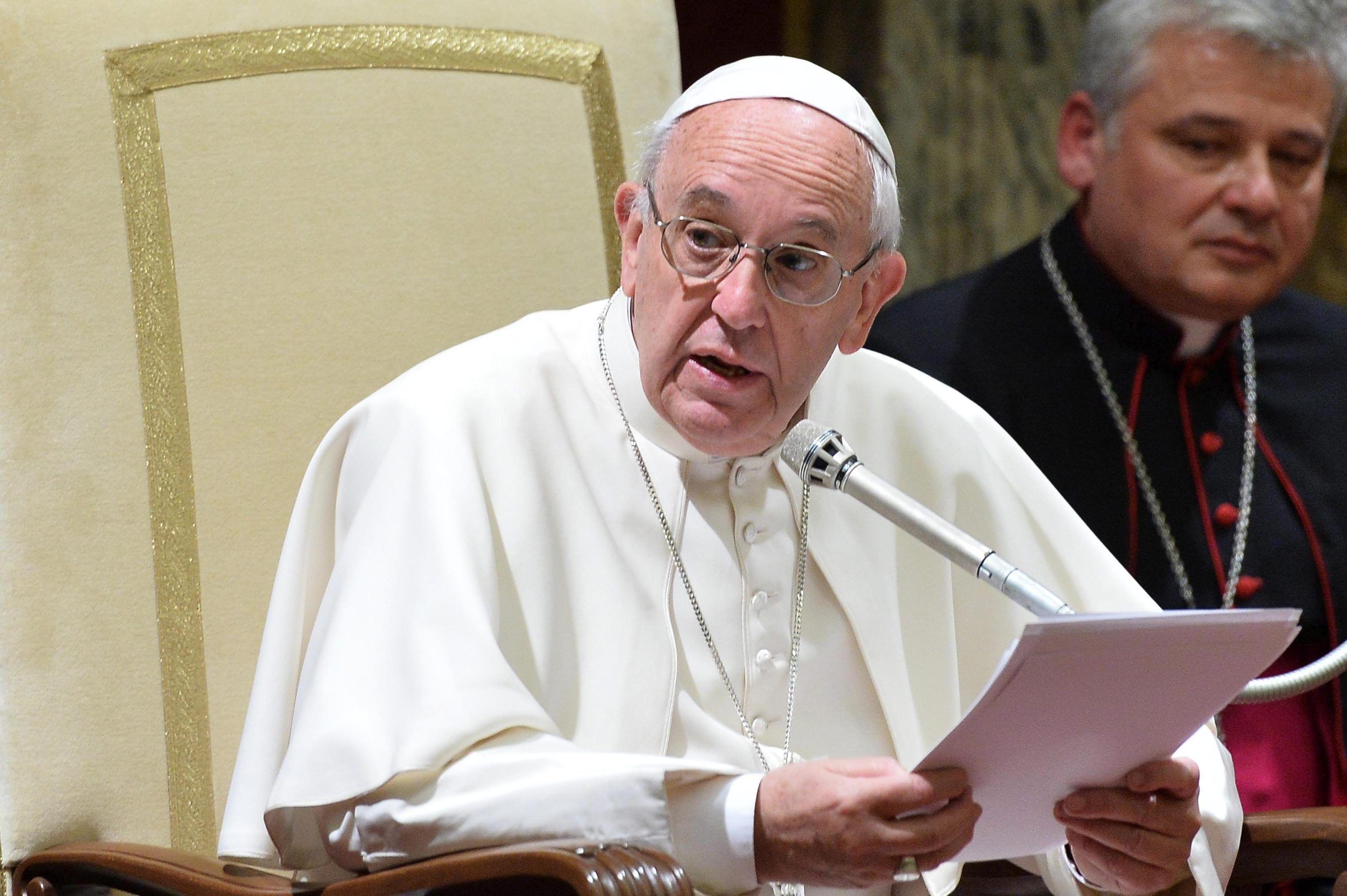 El Papa rechaza marginar a los gays: Primero está la persona, con su dignidad
