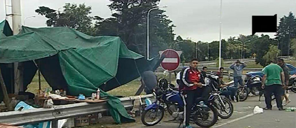 Empleados de Cresta Roja mantienen el acampe en la autopista Riccheri