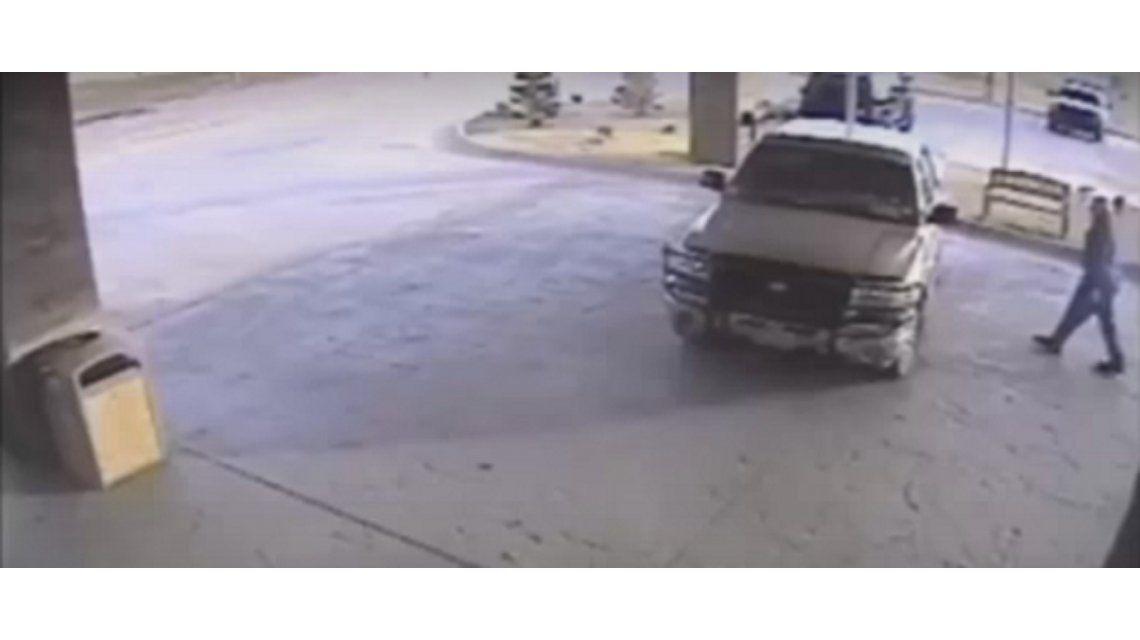 Día de furia: estrelló su camioneta contra un hotel porque le rechazaron la tarjeta