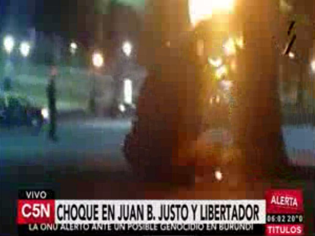Impresionante choque en Libertador: un auto embistió una columna de un puente y se incendió