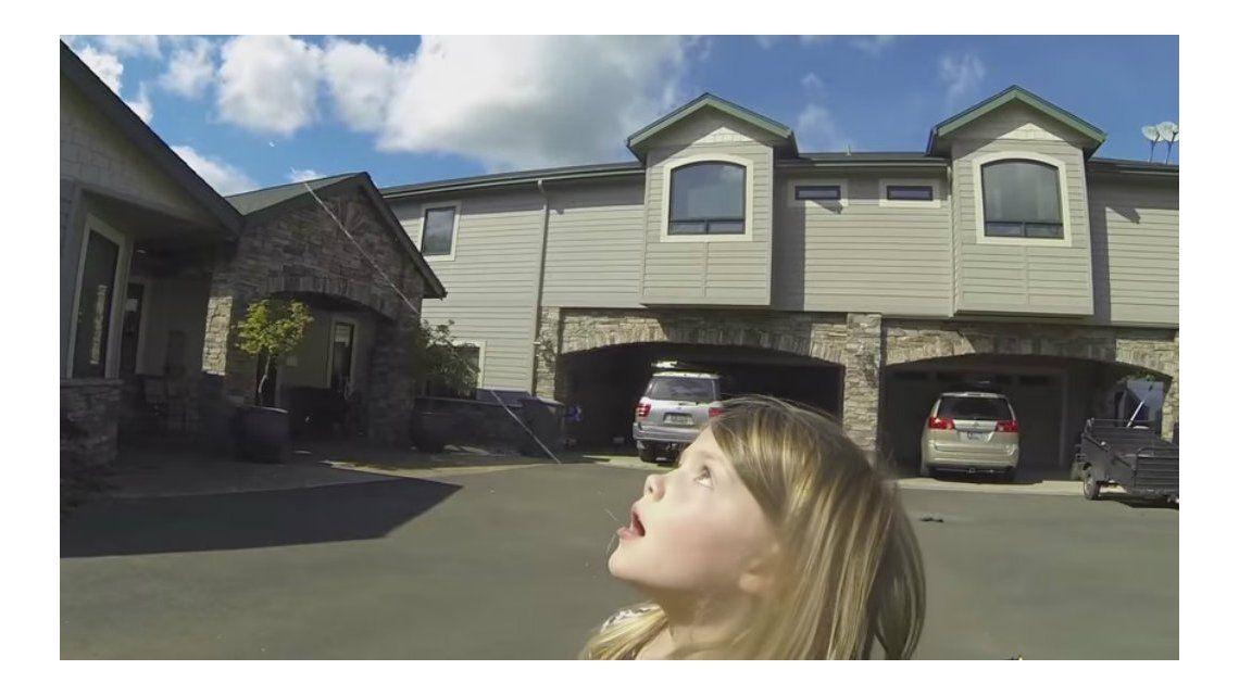 Le arrancó un diente flojo a su hija con la ayuda de un drone y grabó el proceso