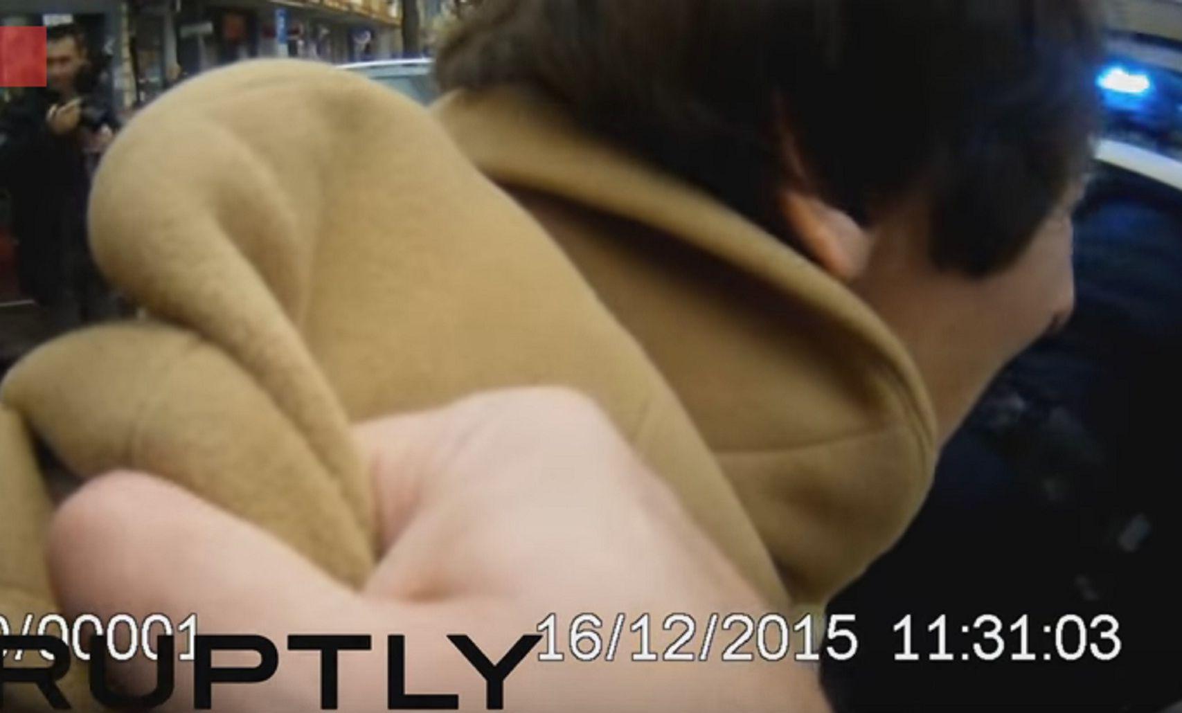 Una anciana es brutalmente detenida por la policía tras cruzar un semáforo en rojo