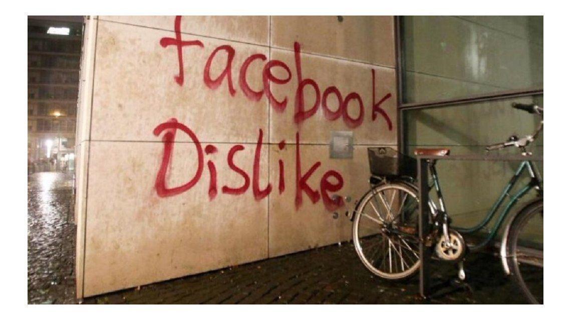 Atacan el edificio de Facebook en Alemania