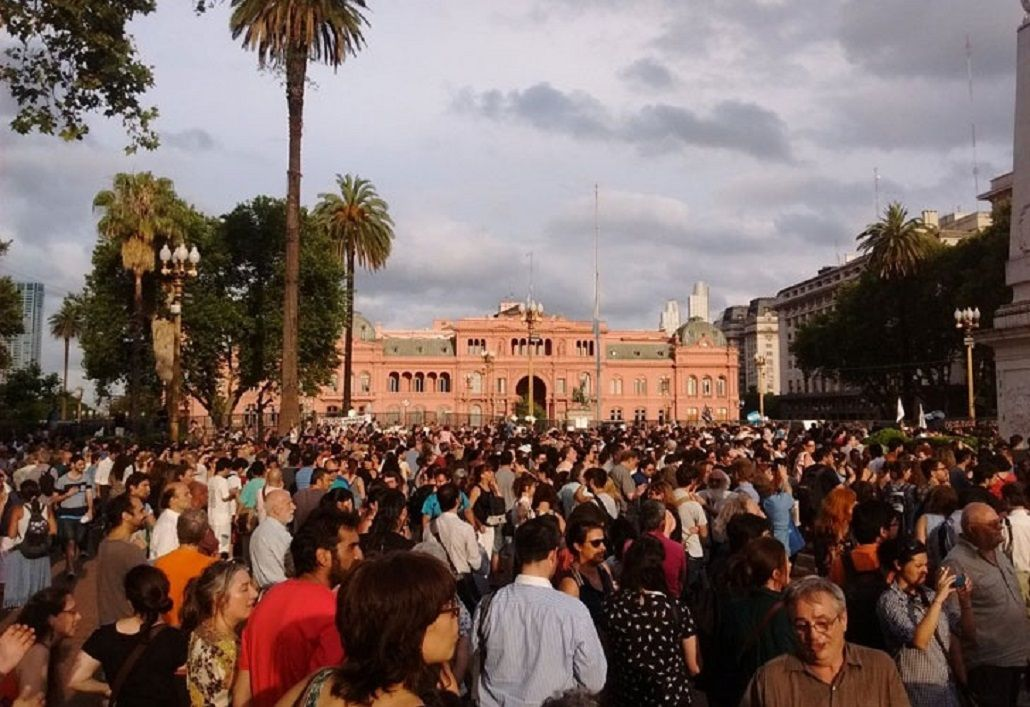 Multitudinaria movilización en la Plaza de Mayo en defensa de la Ley de Medios