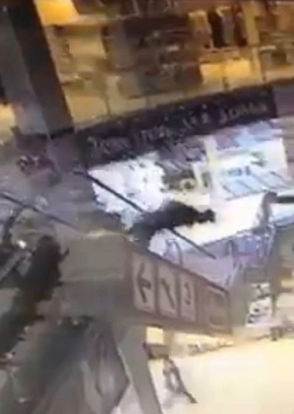 VIDEO: Murió después de caer de una escalera mecánica en un shopping