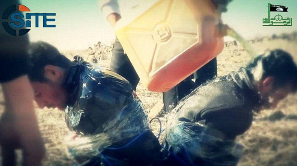 ISIS difunde fotos de la ejecución con explosivos de tres soldados de Al Qaeda