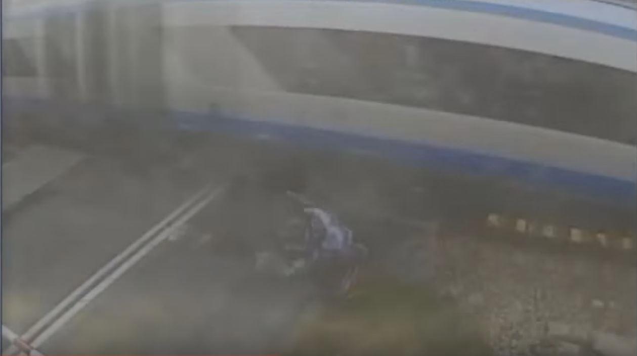 VIDEO: Un ciclista fue atropellado por un tren y salió ileso de milagro