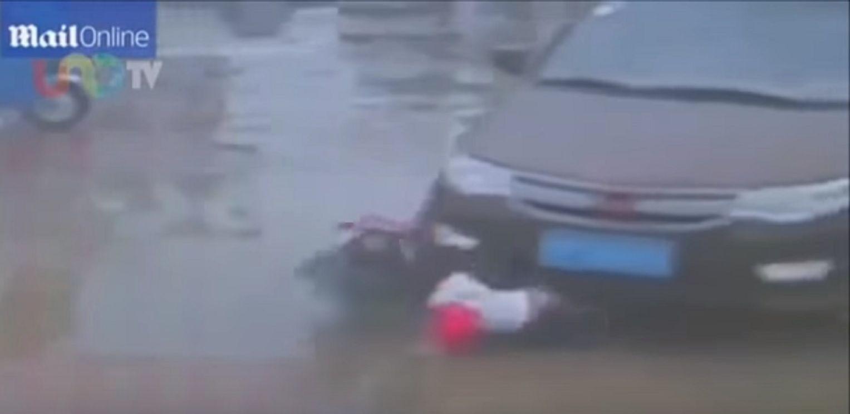 Un padre atropelló a sus propios hijos en China