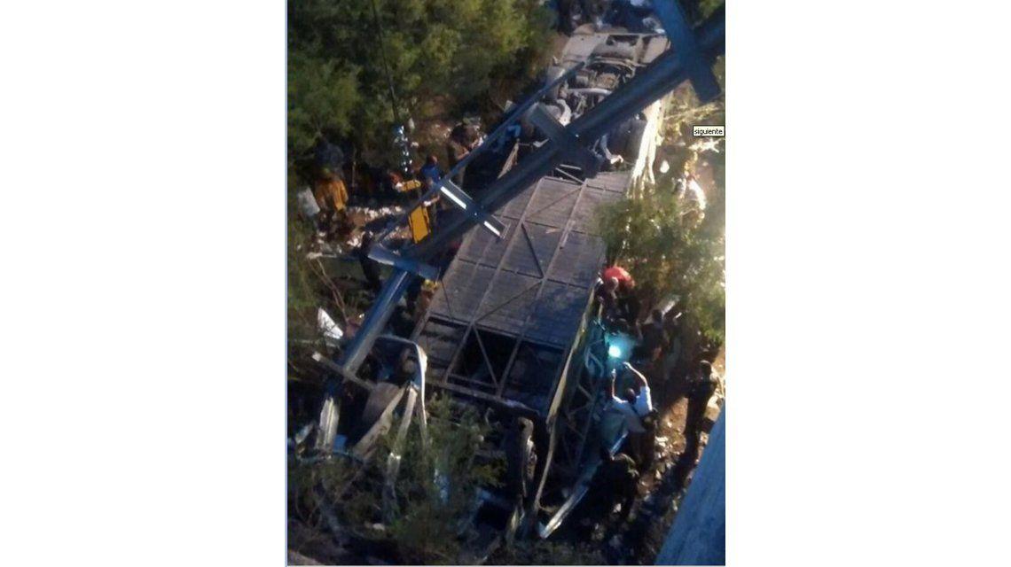 Tragedia de Salta: fue la pinchadura de una goma lo que provocó la caída del micro con gendarmes