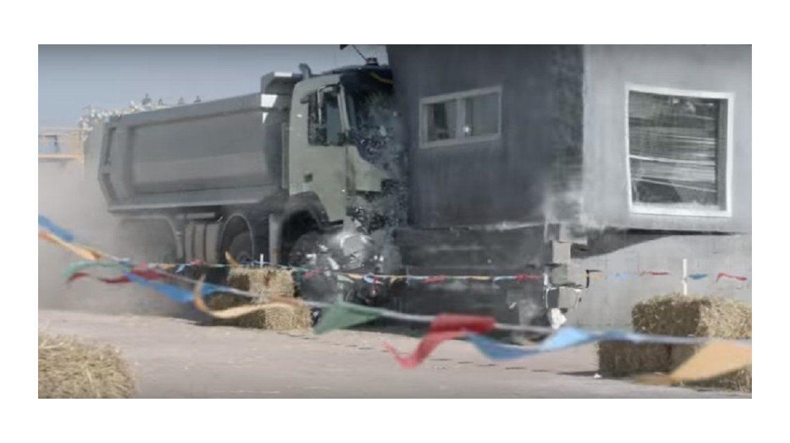 Una nena de 4 años manejó un camión y provocó destrozos