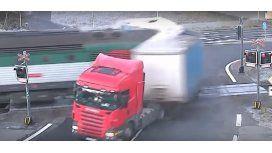 Pura suerte: increíble accidente entre un tren y un camión