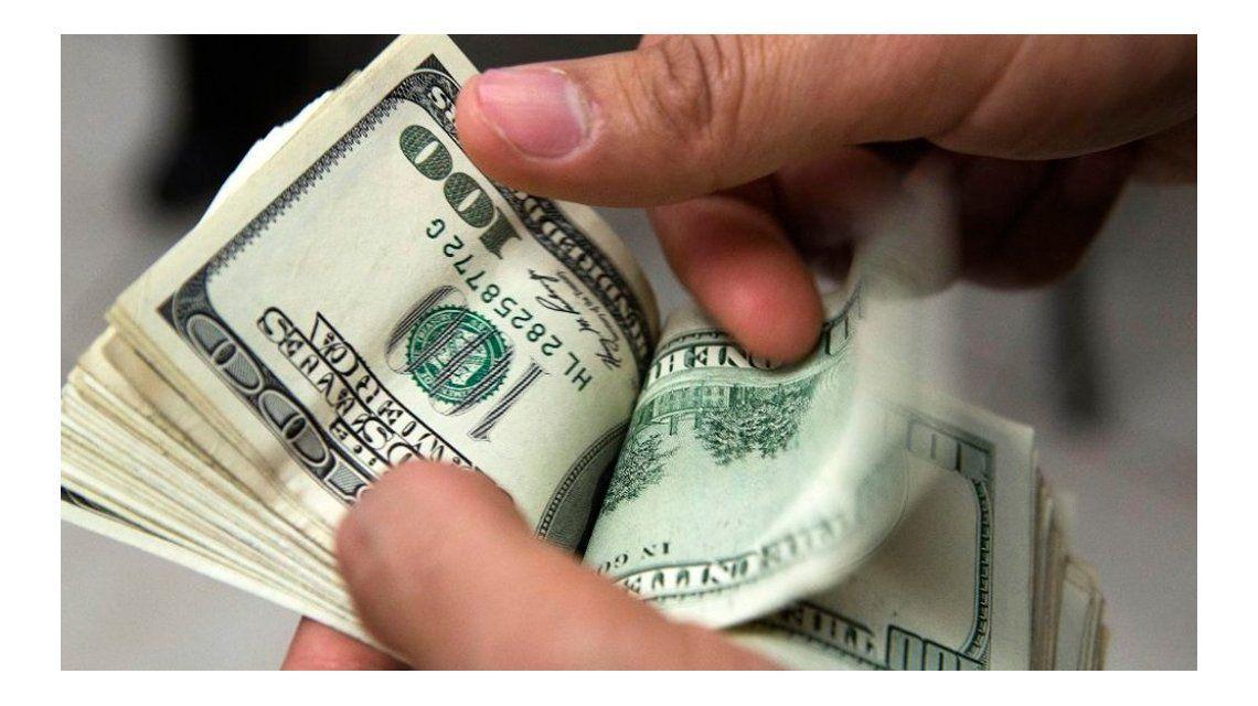El dólar ilegal volvió a superar al oficial que se mantiene estable a 14,96 pesos