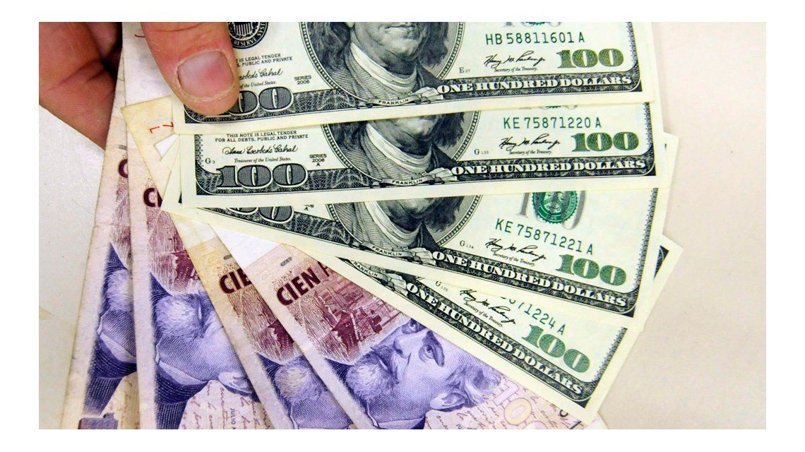 El dólar subió dos centavos, cerró a 14,38 pesos y el blue sigue por debajo