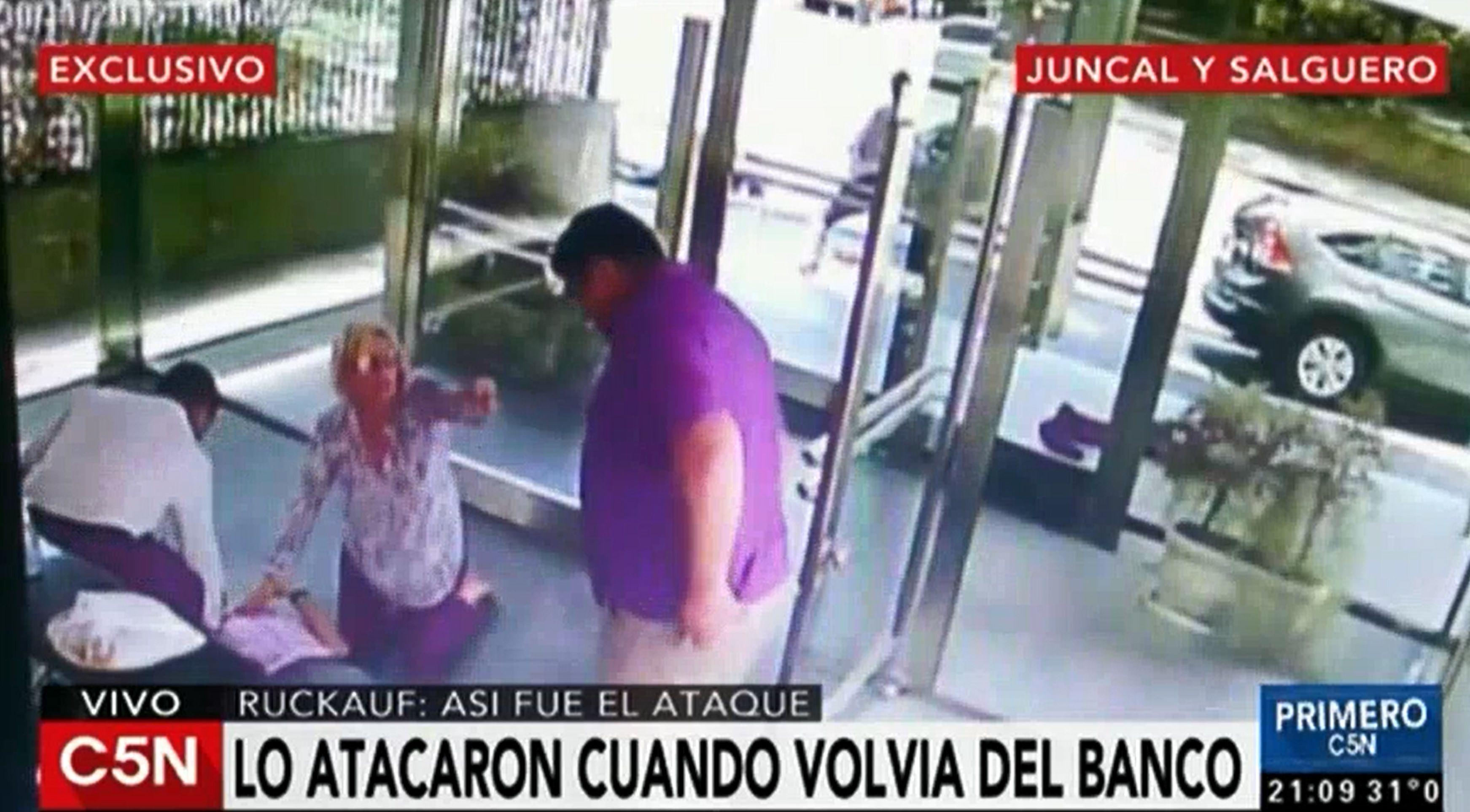 VIDEO: Así fue el ataque que sufrió Carlos Ruckauf cuando volvía de un banco