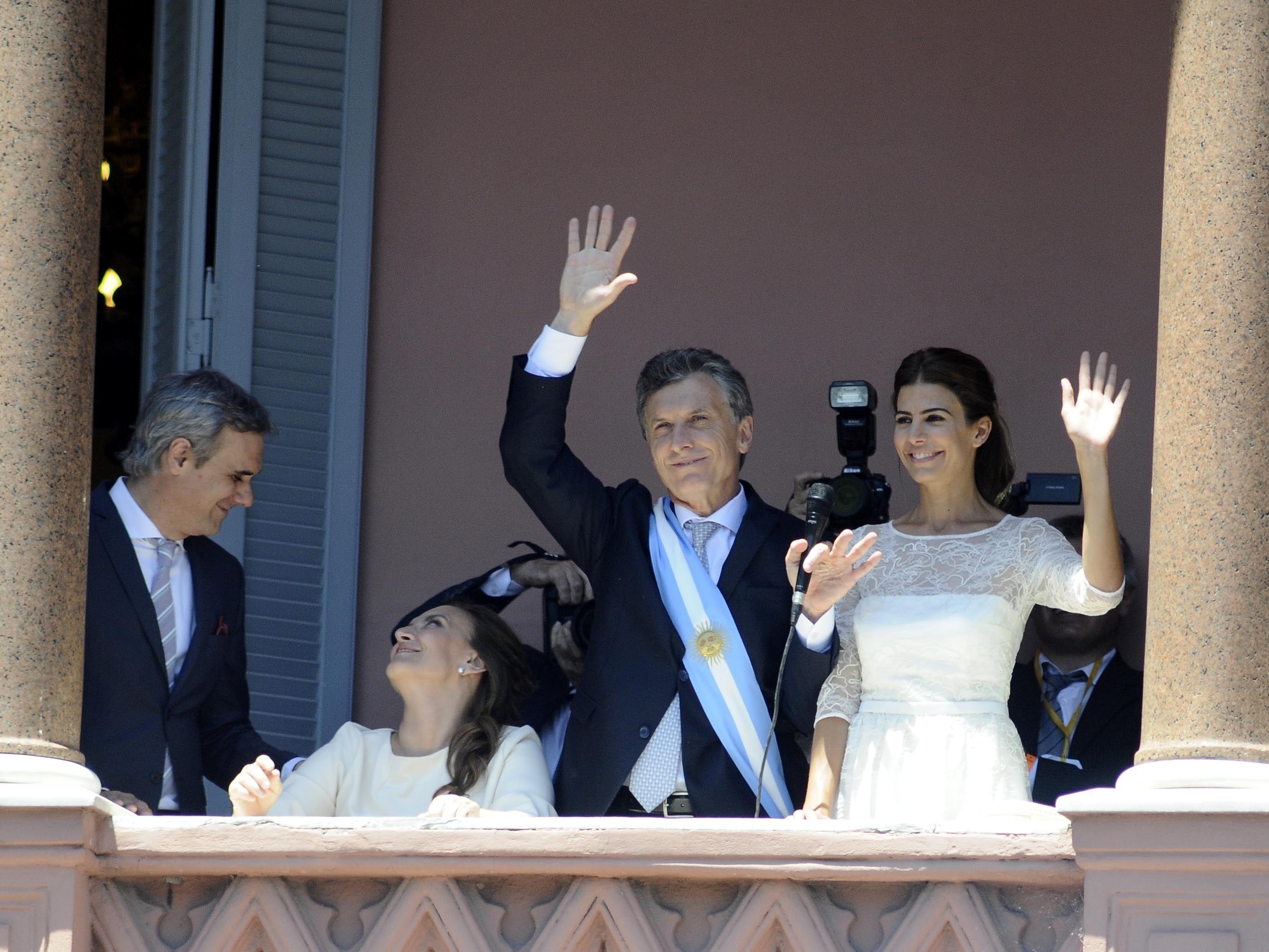 Macri tomó los atributos y se mostró eufórico en el balcón de la Casa Rosada