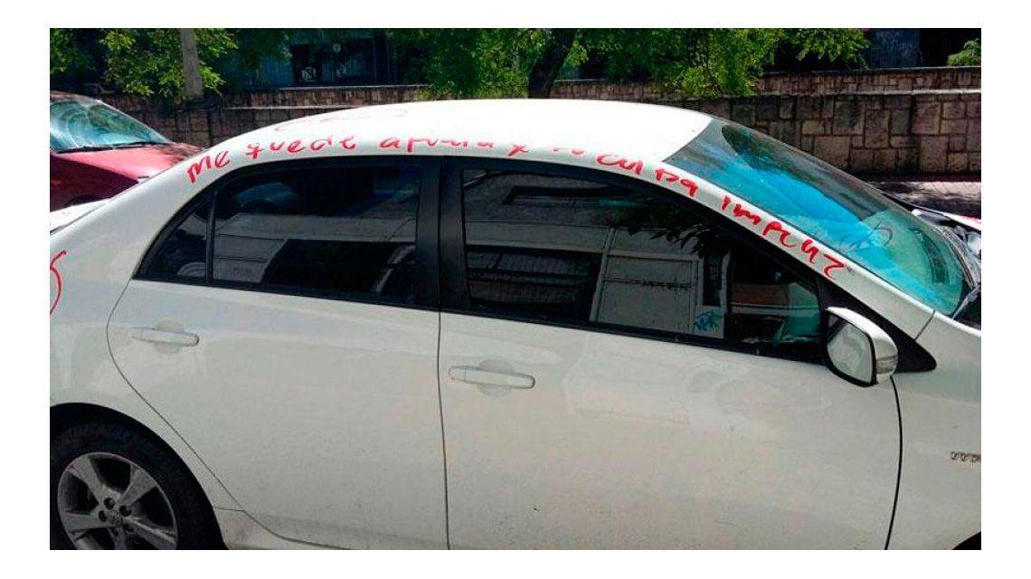Estacionó el auto en una cochera y le hicieron un escrache con un labial rojo