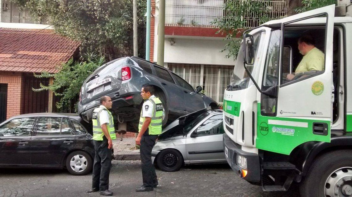 Un camión recolector de residuos chocó a cuatro autos en Saavedra