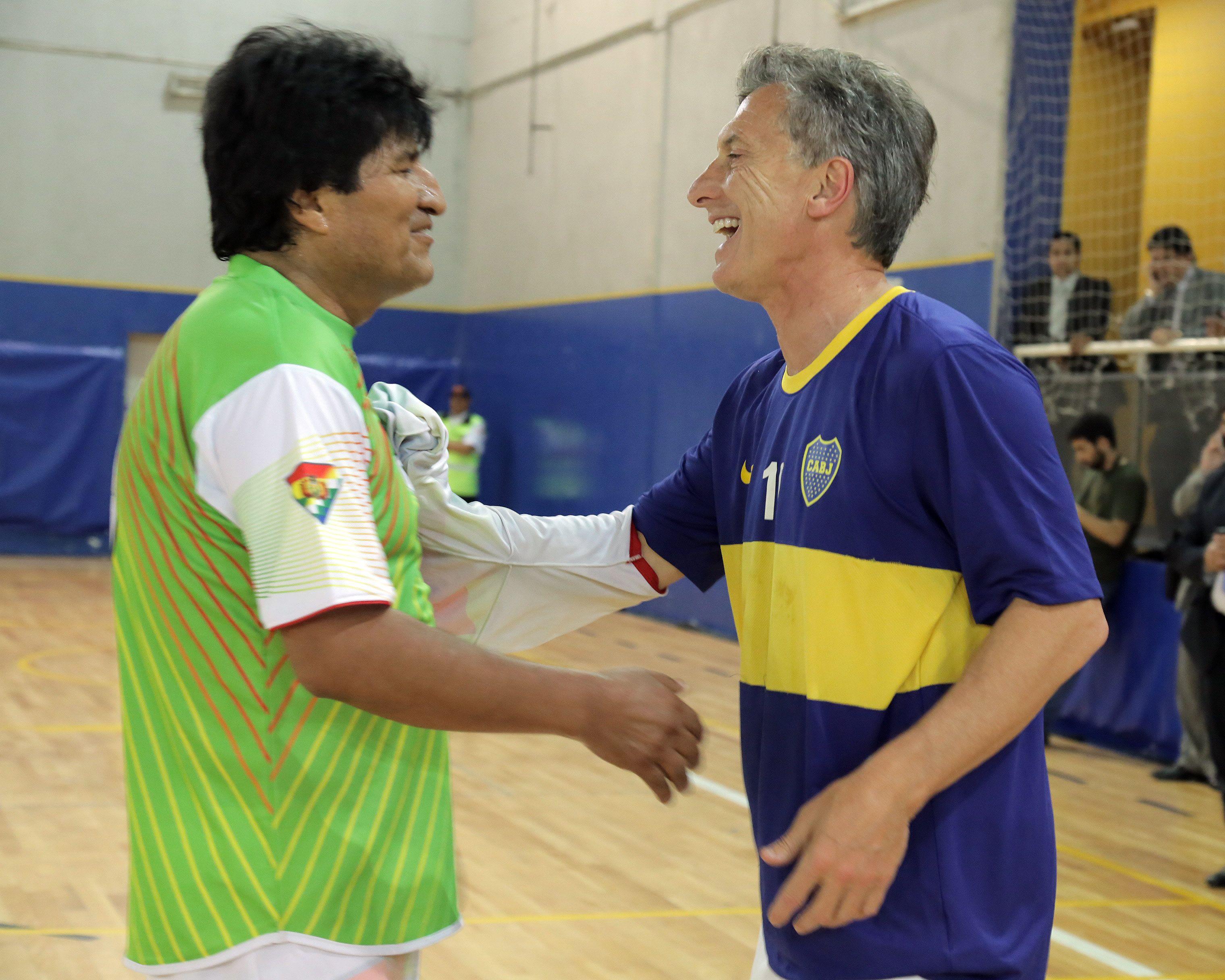 Macri jugó un partido de fútbol con Evo Morales