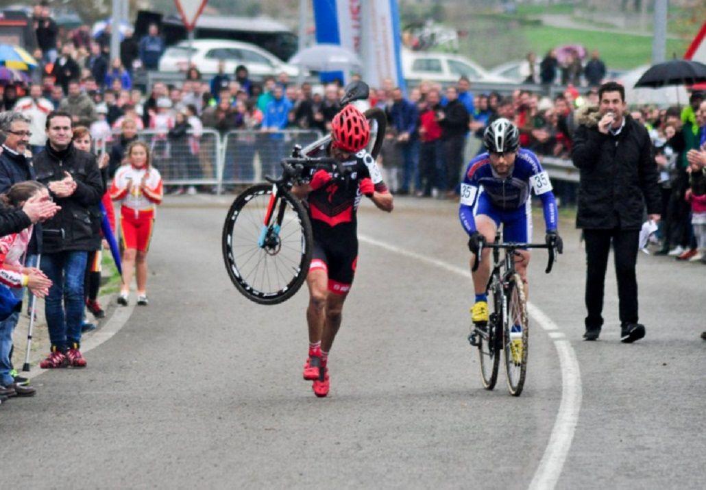 Para imitar: a un ciclista se le rompió la bici y su rival no quiso pasarlo