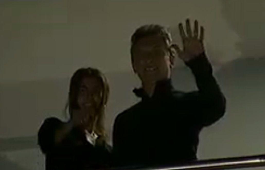 Macri salió al balcón de su departamento para saludar luego de la medianoche