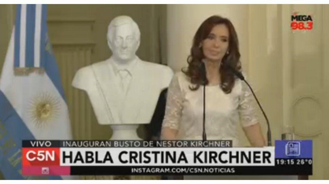 Cristina descubrió el busto de Néstor Kirchner en Casa de Gobierno