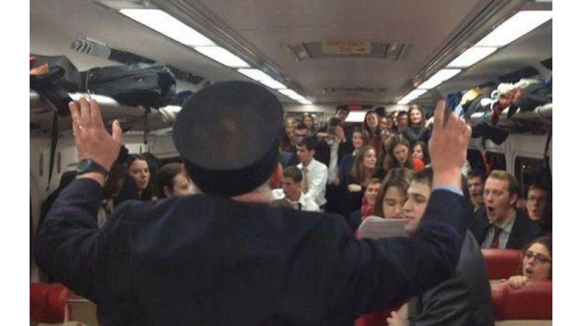 VIDEO: El conductor del tren se convierte en director de una canción navideña