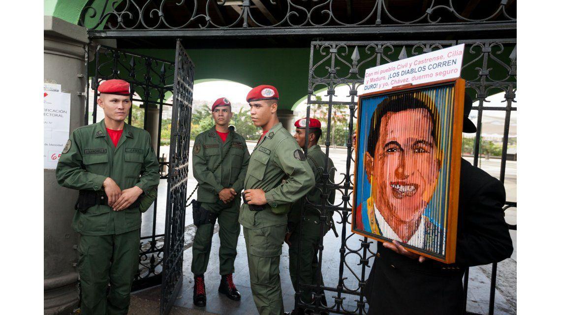 Extienden una hora los comicios en Venezuela y la oposición denuncia violación de la ley