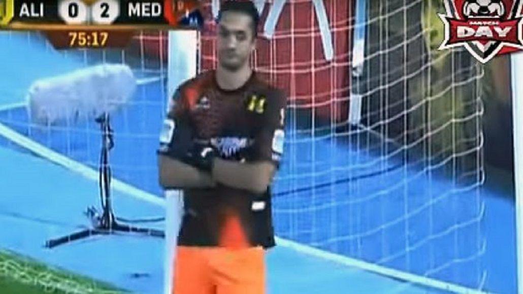 Encaprichado: disgustado con el árbitro, un arquero se negó a atajar un penal