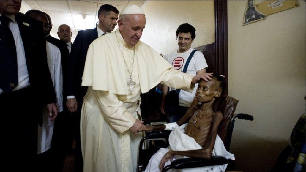 Impactante foto del Papa en un hospital africano