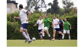¿Es cábala? Macri jugó al fútbol esperando los resultados de la elección