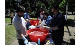 Científicos lavan de platos contra Macri