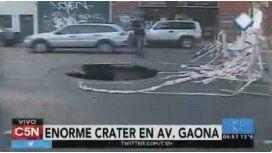 Impresionante cráter se tragó a un motociclista en avenida Gaona al 3700