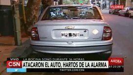 Vecinos furiosos rompieron un auto porque no paraba de sonar la alarma