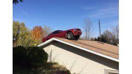 Le llovió un Mustang en el techo