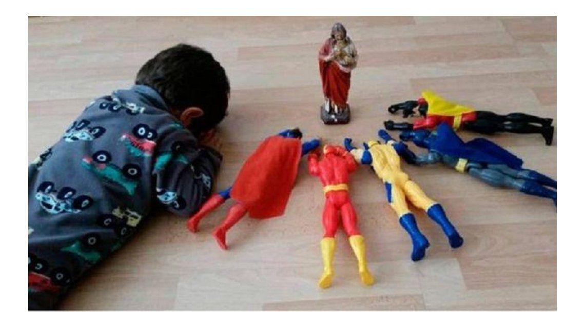 La foto de un nene rezando junto a sus superhéroes es furor en Facebook