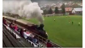 Insólito: un tren atraviesa una cancha de fútbol en pleno partido