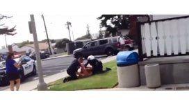 Policías de EE.UU. golpean a una mujer