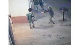 Se bajó de una bicicleta y asaltó a tres niños