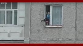 VIDEO: Un bebé juega en la cornisa