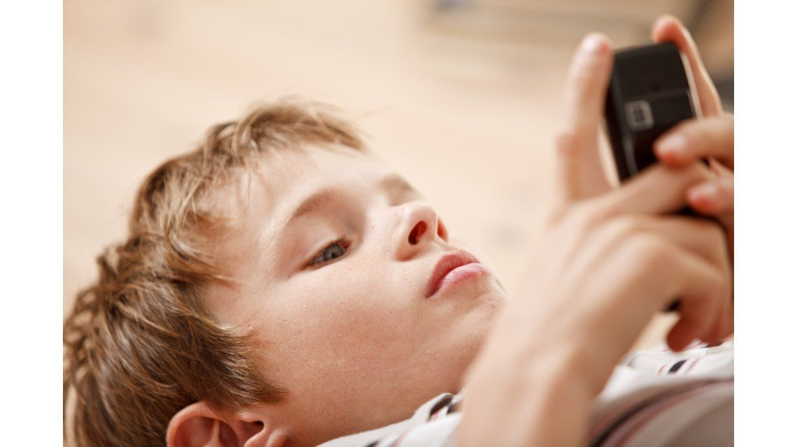 Alerta papás: hay grandes posibilidades de que el celular de tu hijo lo espíe