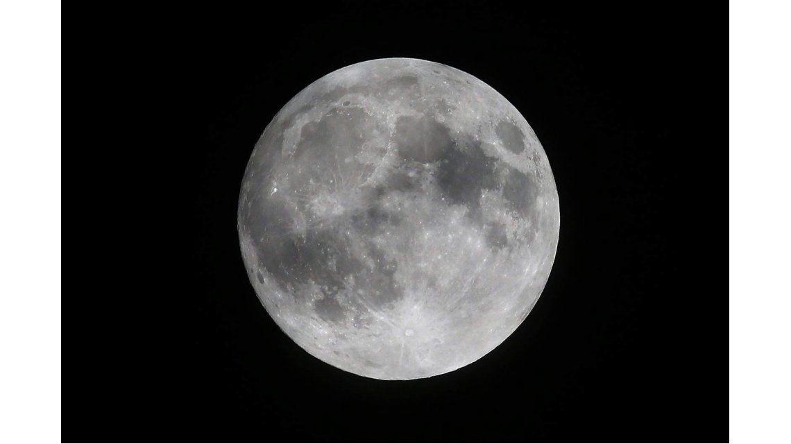 Desde el Planetario de Buenos Aires indicaron que este lunes no será una luna gigante en el cielo.