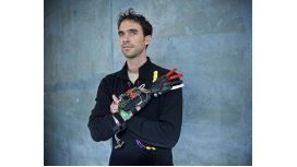 Un hombre manco fabrica su propia mano con una impresora 3D