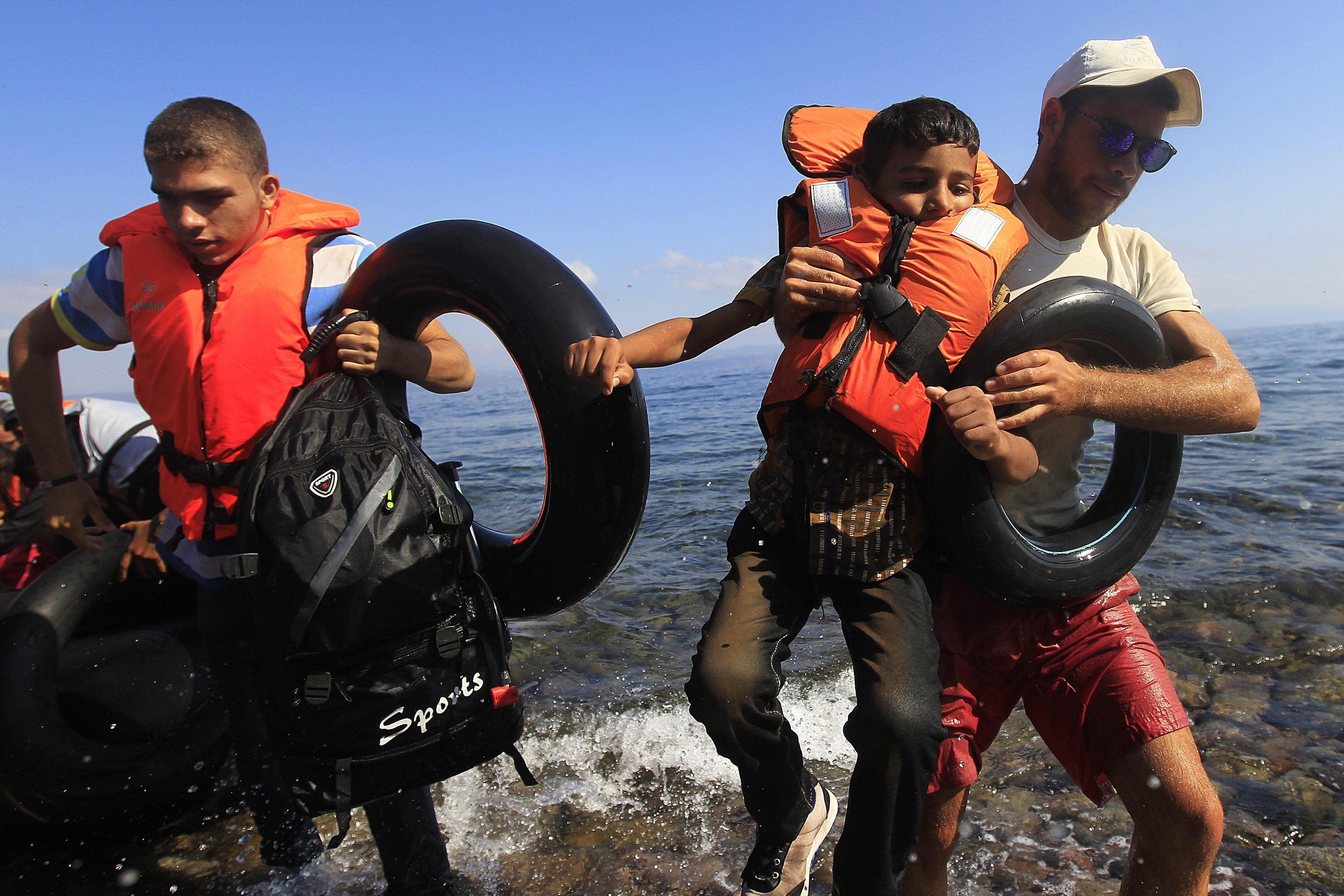 Al menos 17 niños refugiados muertos tras dos naufragios en el mar Egeo