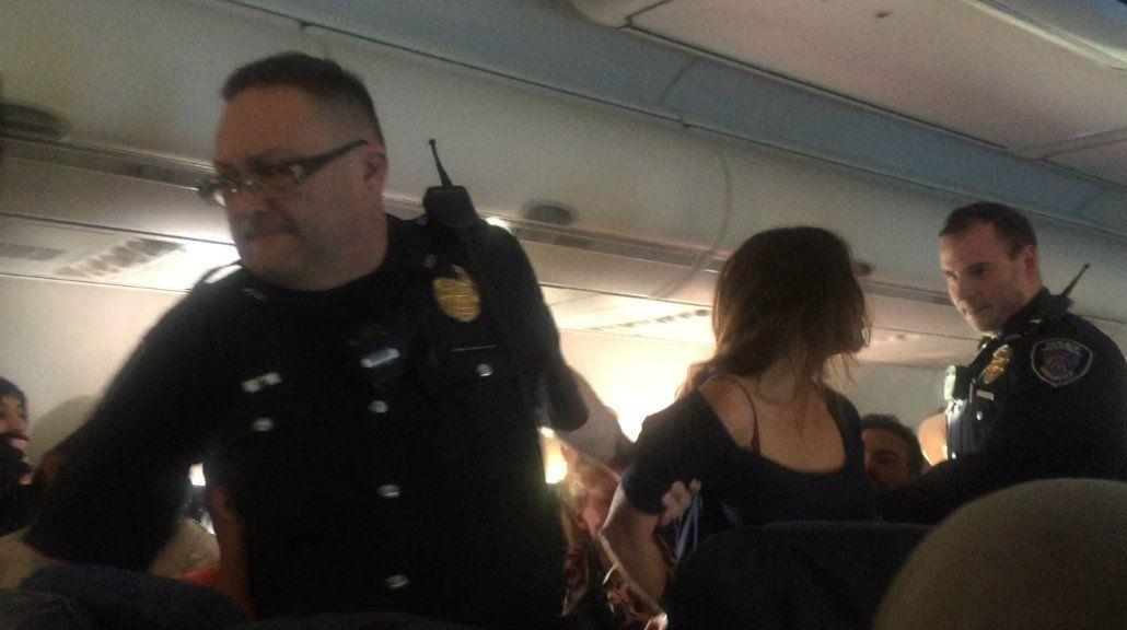 Una mujer besó y golpeó a una azafata en pleno vuelo y se la llevaron detenida