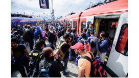 Alemania: Cientos de refugiados llegan en trenes a la ciudad alemana de Munich, horas antes que Berlin imponga controles fronterizos y suspenda los trenes desde Austria.