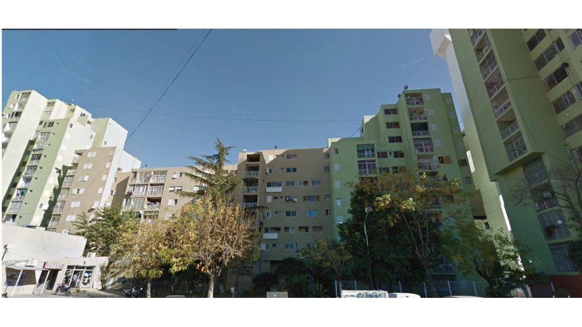 Tragedia en un edificio de Villa Soldati: tres chicos cayeron del balcón y uno murió