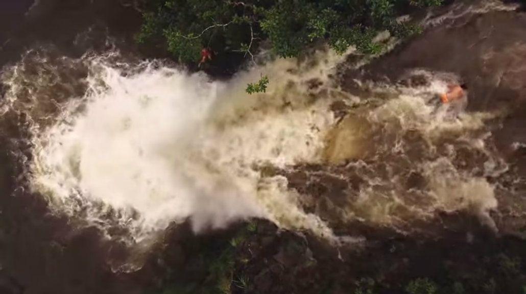 Un drone grabó cuando una inundación repentina arrastró a unos jóvenes
