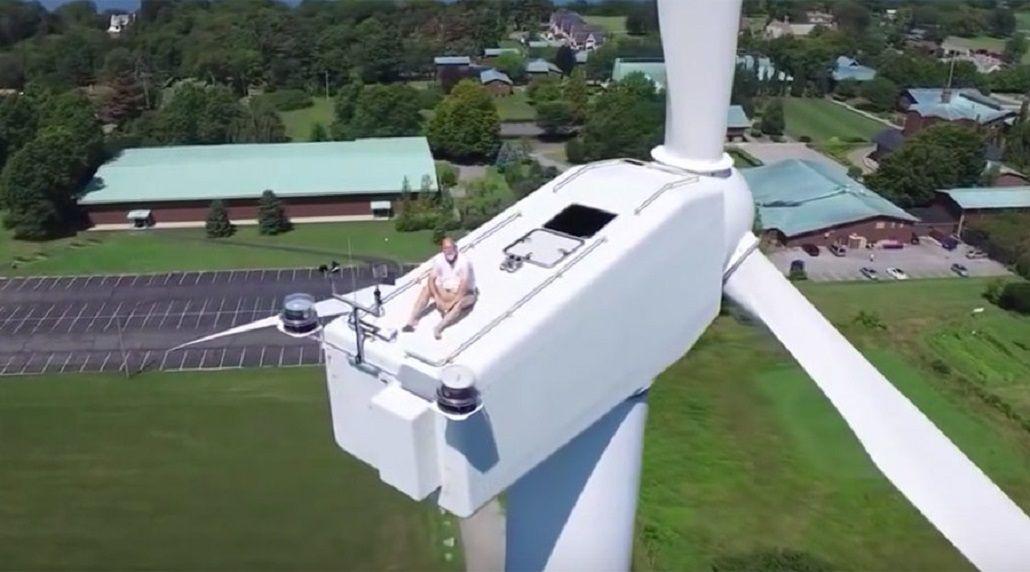 Un drone encuentra a un hombre durmiendo la siesta en una turbina eólica